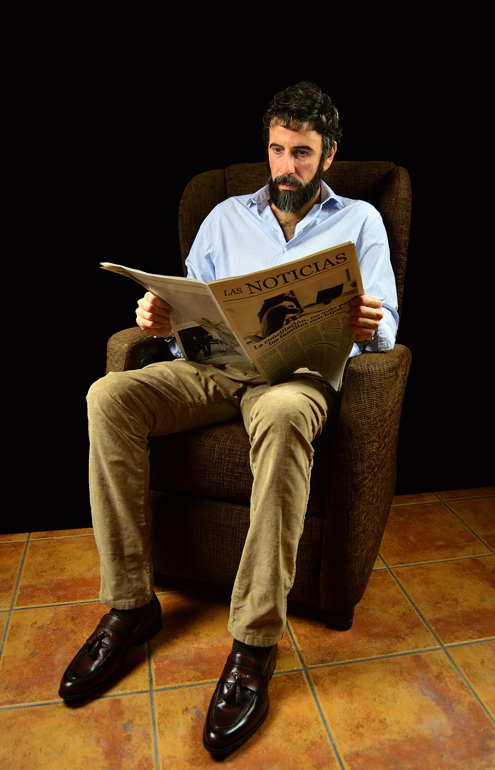 El hombre sentado en el sofá